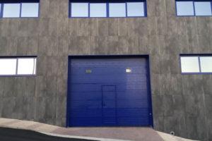 Panel unicanal - Lacado Azul - Fijos insertados en panel - Puerta peatonal