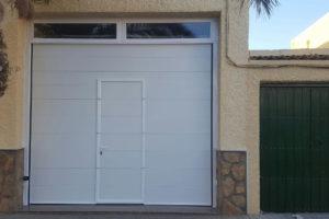 Panel unicanal - Lacado blanco - Fijos superior en premarco - Puerta peatonal